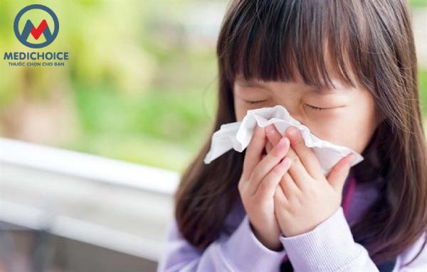 Bé hắt hơi, sổ mũi là do cảm cúm