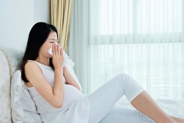 mẹ bầu hắt xì hơi nhiều có ảnh hưởng đến thai nhi